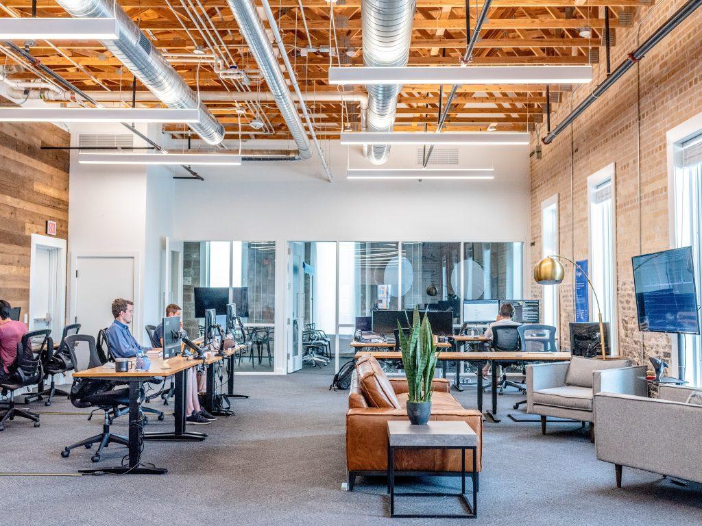 Diseño de interiores de oficina adaptada a sus empleados.
