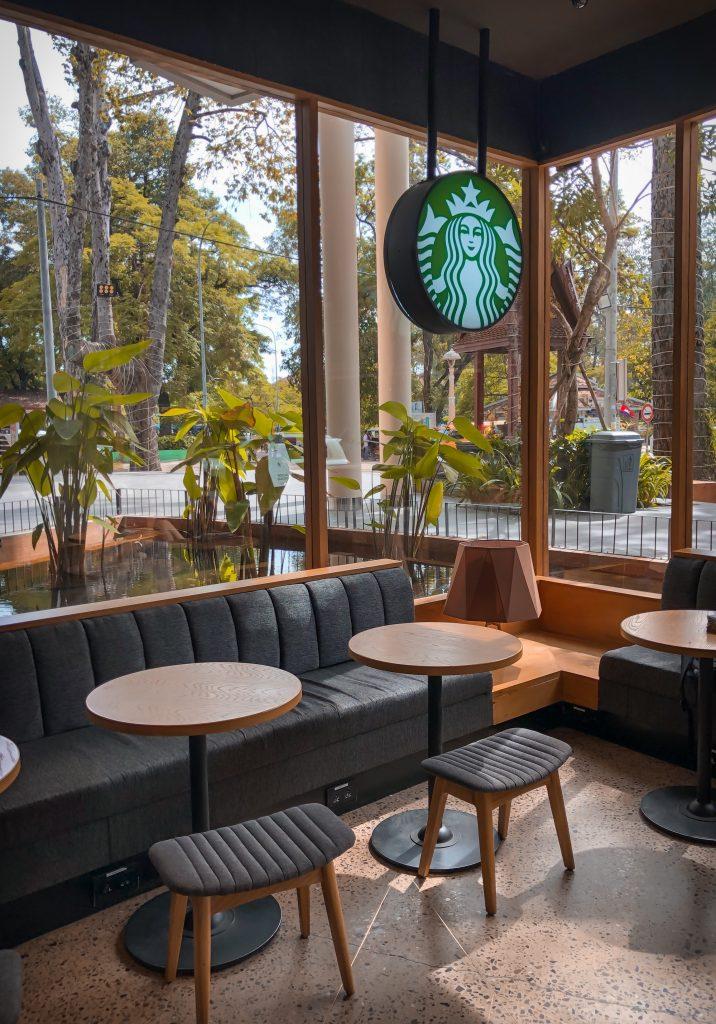 Interiores de cafetería Starbucks. Customer Experience.